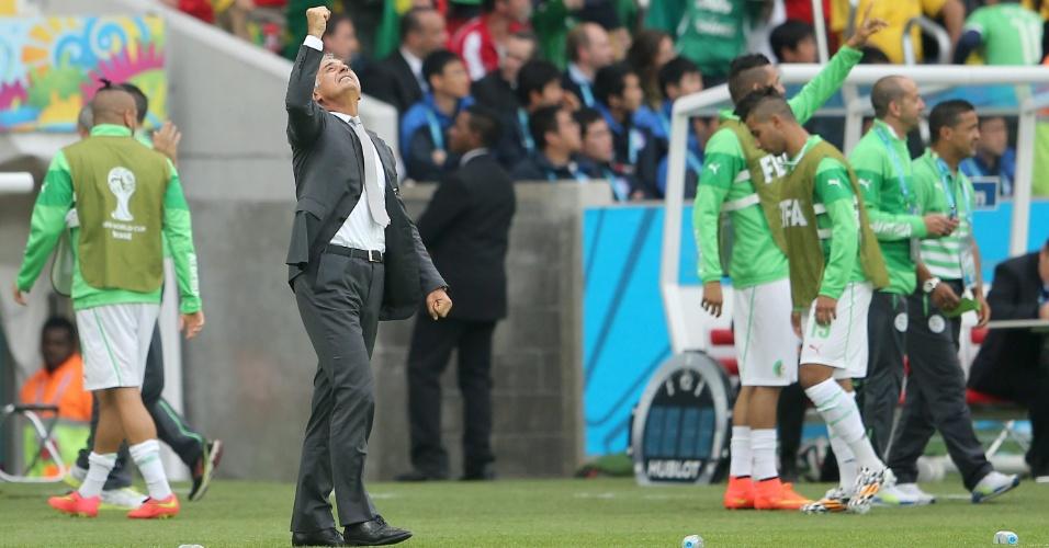 22.jun.2014 - Técnico da Argélia, Vahid Halilhodzic, comemora após sua equipe marcar contra a seleção da Coreia do Sul