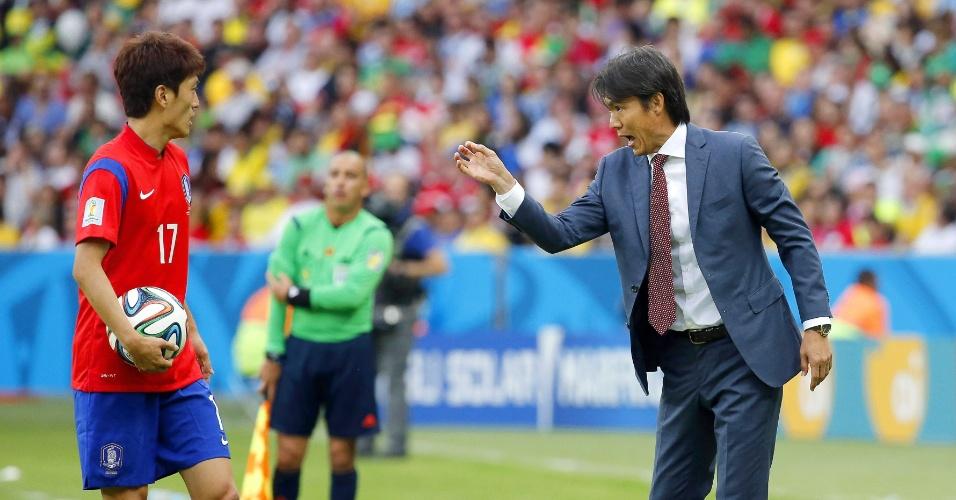 Técnico da Coreia do Sul, Hong Myung-Bo, orienta os jogadores da seleção durante a derrota para a Argélia por 4 a 2