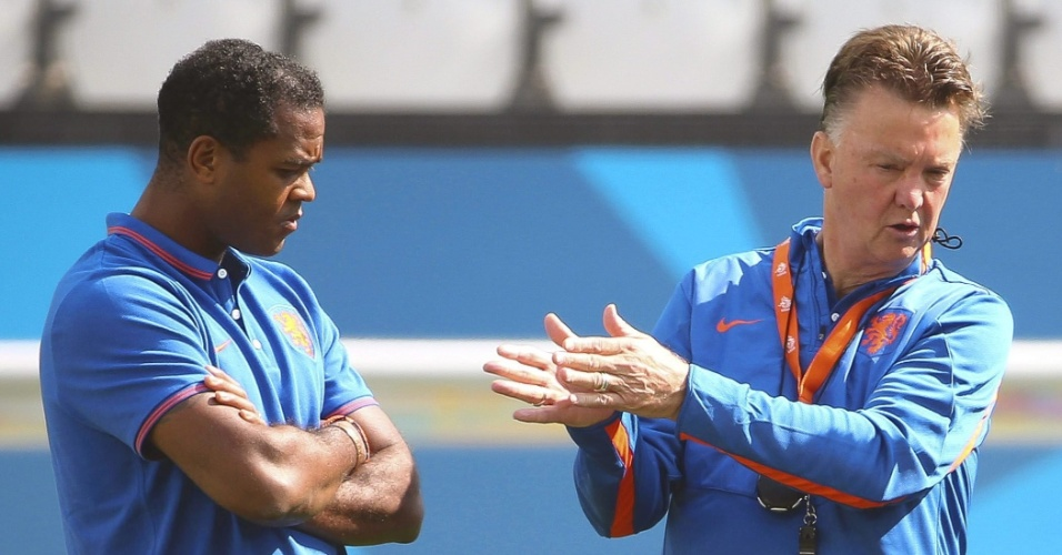 Técnico da Holanda, Louis van Gaal conversa com seu assistente, o ex-jogador Patrick Kluivert