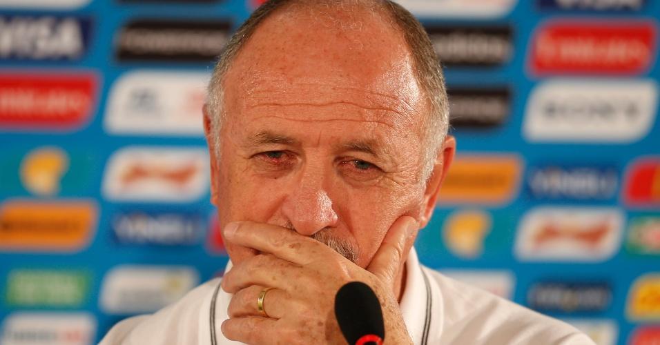 Técnico Felipão conversa com jornalistas depois do último treinamento da seleção brasileira antes da partida contra Camarões