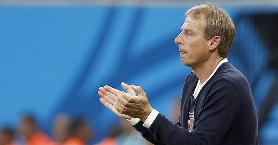 Técnico Juergen Klinsmann tenta incentivar os jogadores dos Estados Unidos durante partida contra Portugal