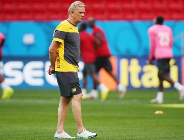 Técnico Volker Finke comanda treinamento da seleção de Camarões em Brasília, um dia antes de duelo com o Brasil