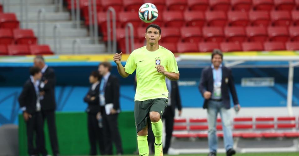 Thiago Silva brinca com a bola no treinamento da seleção brasileira deste domingo, em Brasília