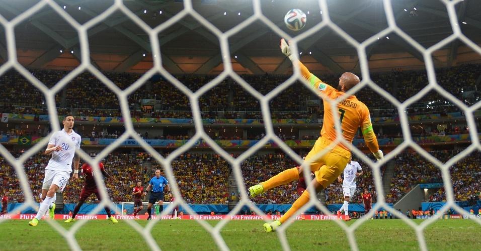 Tim Howard, goleiro dos Estados Unidos, faz bela defesa e evita o que seria o segundo gol de Portugal