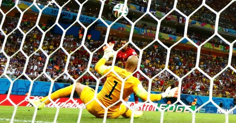 Tim Howard, goleiro dos Estados Unidos, fica caído no chão enquanto Nani, de Portugal, finaliza para abrir o placar na Arena Amazônia