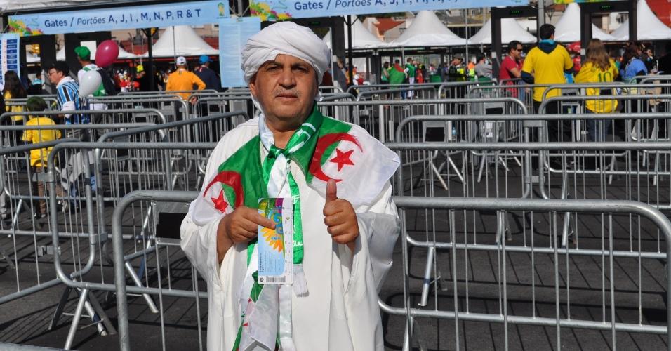 22.jun.2014 - Torcedor da Argélia chega para confronto com a Coreia do Sul no Beira-Rio