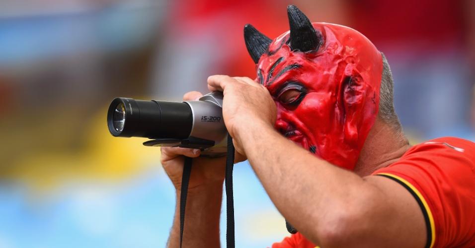 Torcedor da Bélgica usa máscara e tira foto antes de partida contra a Rússia no Maracanã
