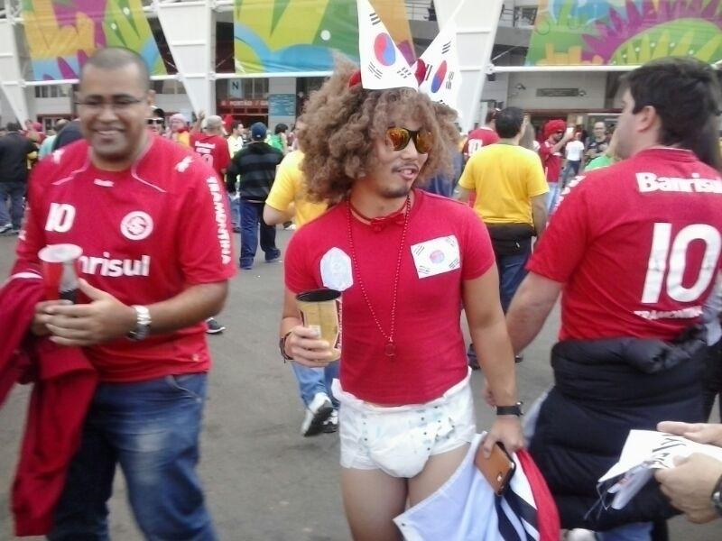 Torcedor da Coreia do Sul vai de fralda ao Beira-Rio e arranca risadas de colorado presente no estádio