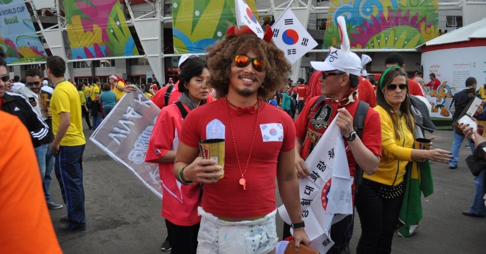 22.jun.2014 - Torcedor da Coreia do Sul vai de fralda ao Beira-Rio e arranca risadas de colorado presente no estádio