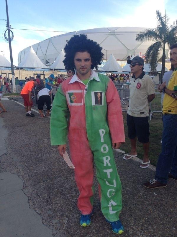 Torcedor da seleção de Portugal capricha na fantasia para jogo contra os Estados Unidos, na Arena Amazônia