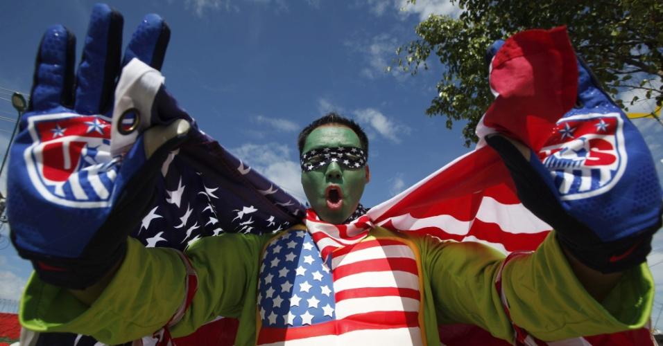 Torcedor da seleção dos Estados Unidos faz festa no entorno da Arena Amazônia enquanto aguarda o início do jogo contra Portugal