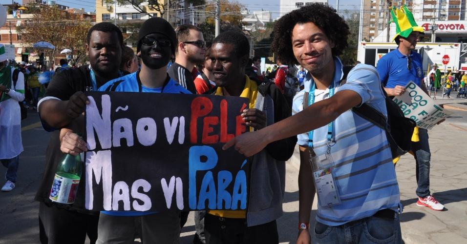 22.jun.2014 - Torcedor do Grêmio, Matías Kempf, presta homenagem ao lateral direito Pará