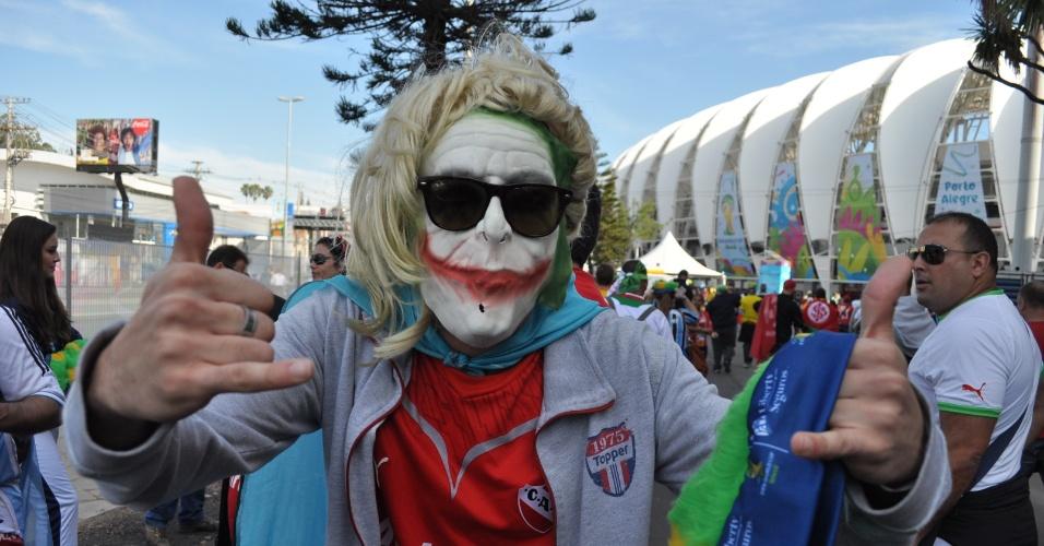 22.jun.2014 - Torcedor fantasiado aguarda o início da partida entre Coreia do Sul e Argélia, no Beira-Rio