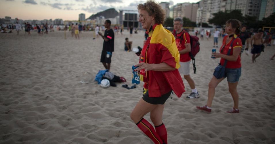 Torcedora belga comemora vitória contra a Rússia na praia de Copacabana