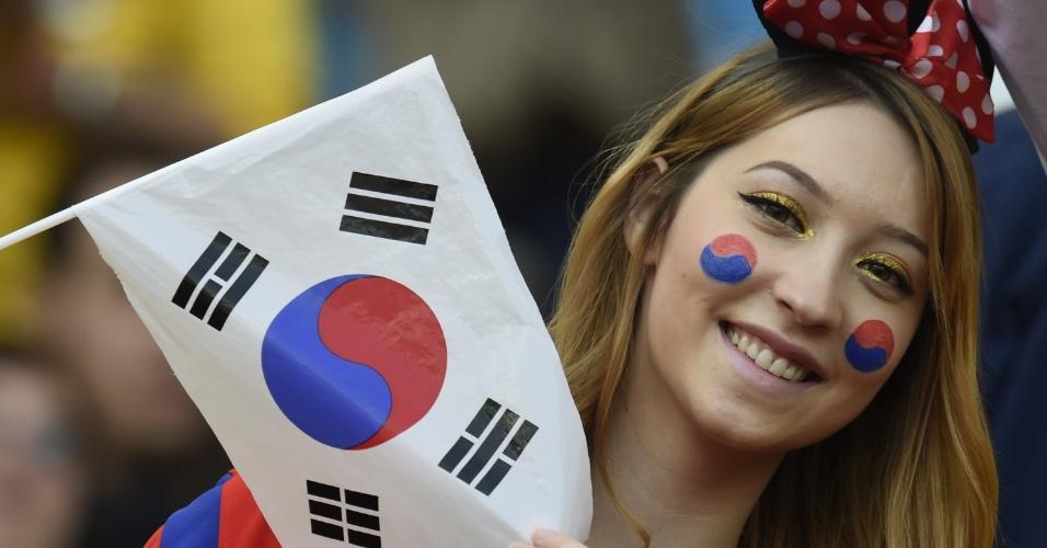 Torcedora coreana exibe bandeira no Beira-Rio para o jogo contra a Argélia