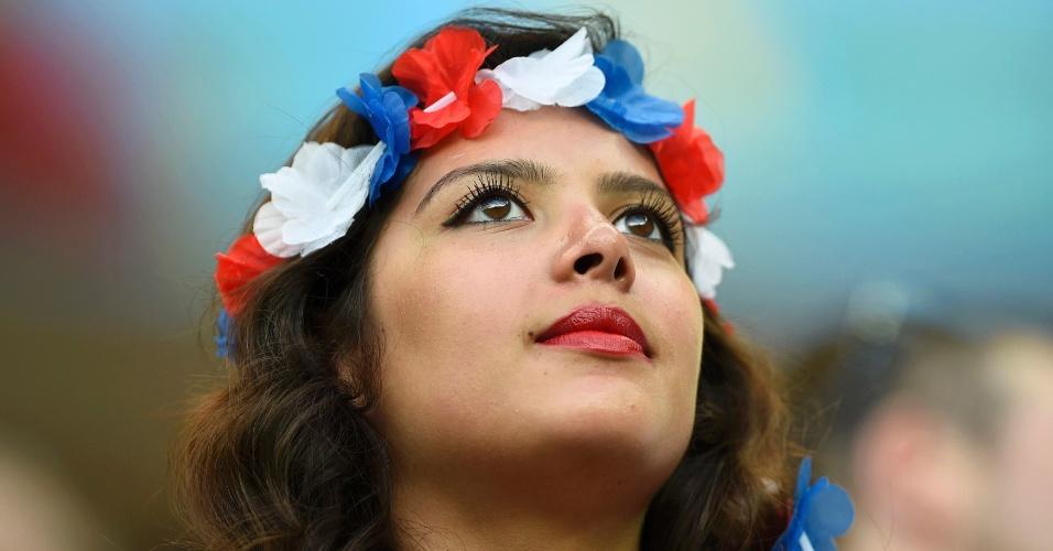 Torcedora dos Estados Unidos aguarda início do jogo na Arena Amazônia