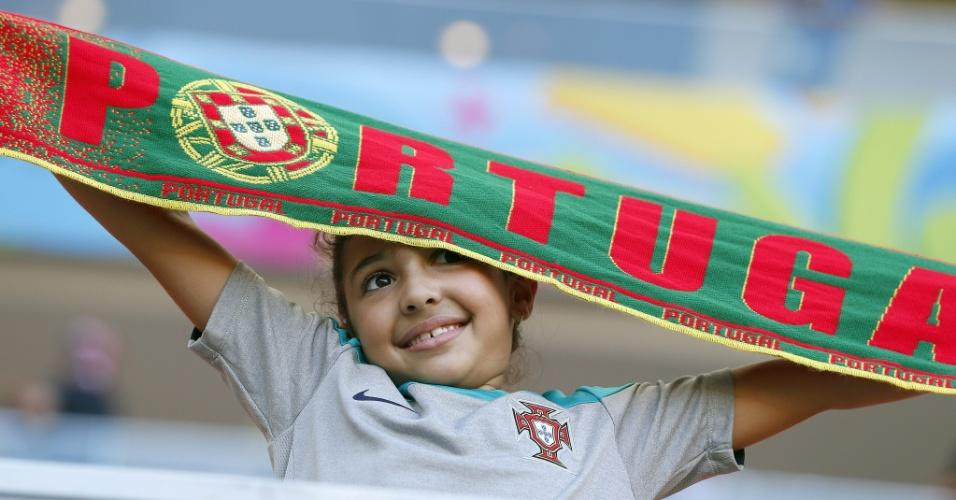 Torcedora mirim estende faixa da seleção de Portugal