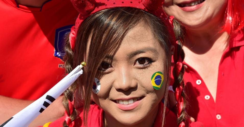 Torcedora mostra a paixão dividida entre Coreia do Sul e Brasil no lado de fora do Beira-Rio