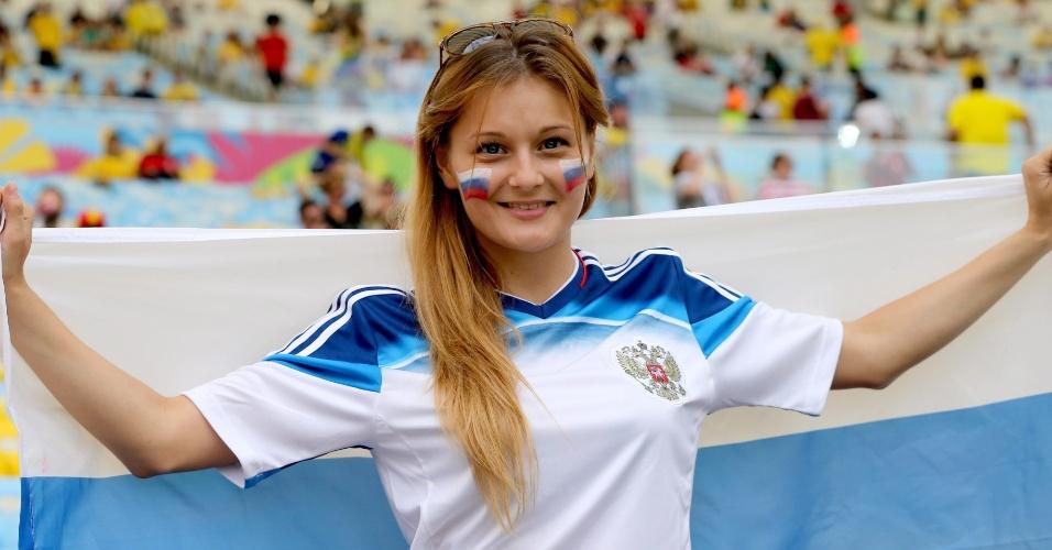 Torcedora russa exibe bandeira e rosto pintado com as cores do país na arquibancada do Maracanã