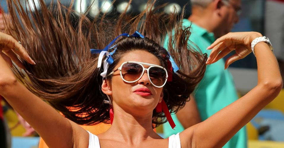 Torcedora usa fitas no cabelo com as cores da bandeira russa