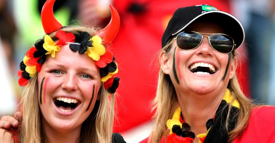 Torcedoras belgas na arquibancada do Maracanã esperam início de jogo contra a Rússia