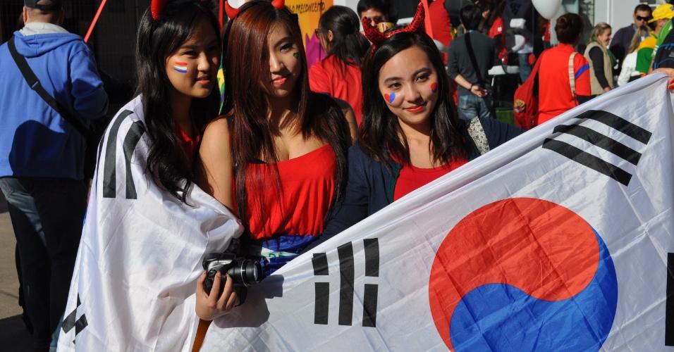 22.jun.2014 - Torcedoras seguram bandeira da Coreia do Sul antes da partida contra a Argélia, no Beira-Rio
