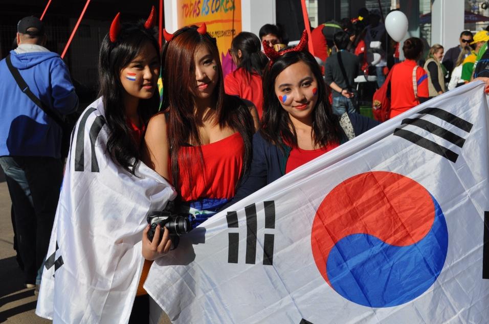 Torcedoras seguram bandeira da Coreia do Sul antes da partida contra a Argélia, no Beira-Rio