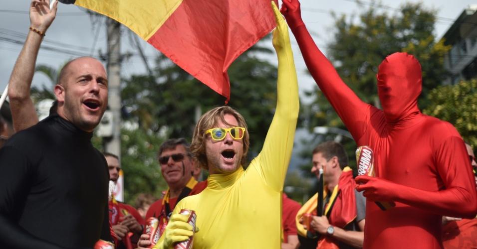 Torcedores belgas usam fantasias com as cores do país do lado de fora do Maracanã