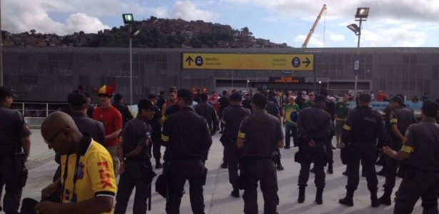 PM faz barreira para evitar entrada de torcedores sem-ingresso no entorno do Maracanã