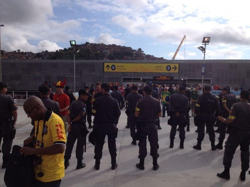 Torcedores chegam à estação de metrô próxima ao Maracanã para a partida entre Bélgica e Rússia