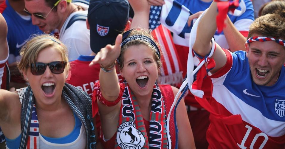 Torcedores comemoram gol dos Estados Unidos enquanto acompanham a partida de Chicago