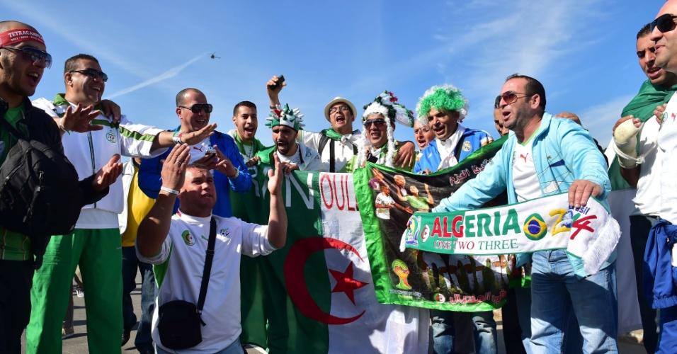 22.jun.2014 - Torcedores da Argélia aguardam o início do confronto contra a Coreia do Sul, pelo grupo H da Copa