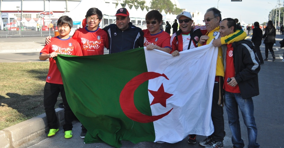 22.jun.2014 - Torcedores de Argélia e Coreia do Sul posam juntos para foto em Porto Alegre