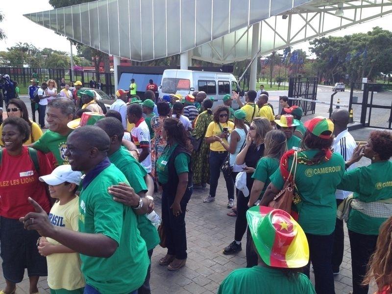 Torcedores de Camarões ficam em frente ao hotel da seleção de seu país, em Brasília, neste domingo