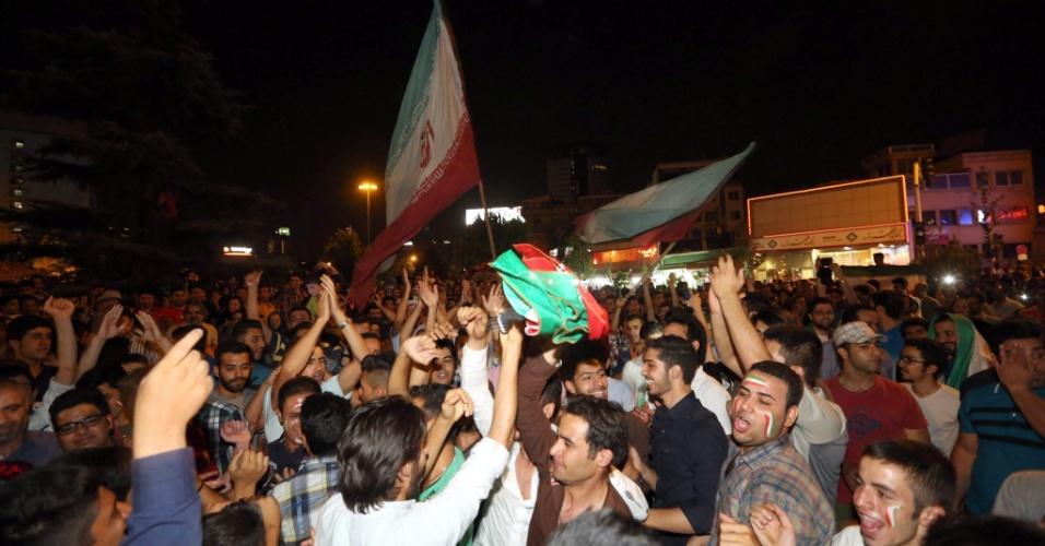 Torcedores do Irã vão à loucura nas ruas do Teerã, capital do país, após derrota por 1 a 0 para a Argentina na Copa do Mundo