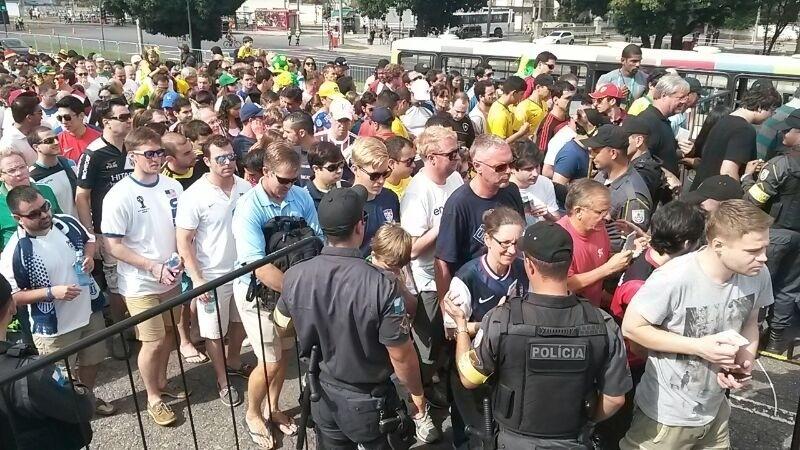 Torcedores dos Estados Unidos também estão no Maracanã para acompanhar o confronto entre Rússia e Bélgica