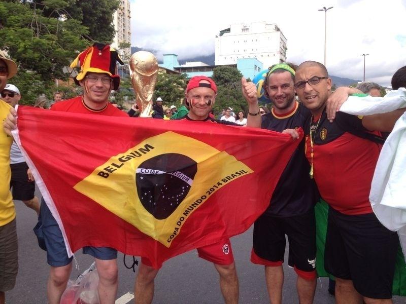 Torcedores exibem bandeira brasileira estilizada com as cores da Bélgica