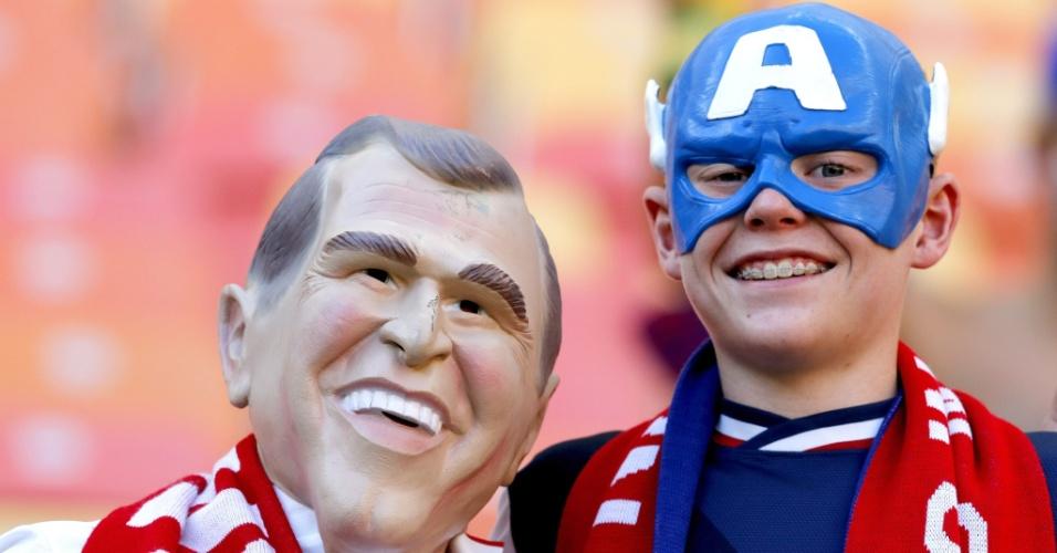 Torcedores fantasiados de George W. Bush, ex-presidente dos Estados Unidos, e Capitão América, aguardam o jogo na Arena Amazônia