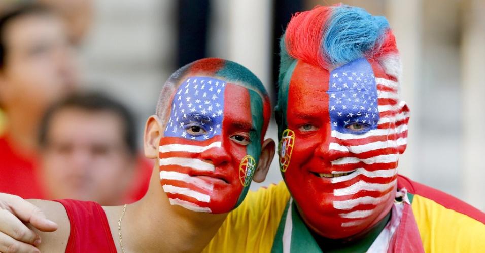 Torcedores pintam o rosto com as cores de Portugal e Estados Unidos, seleções que se enfrentam na Arena Amazônia