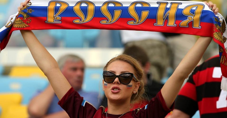 Torcedroa russa exibe faixa de apoio ao país no duelo contra a Bélgica