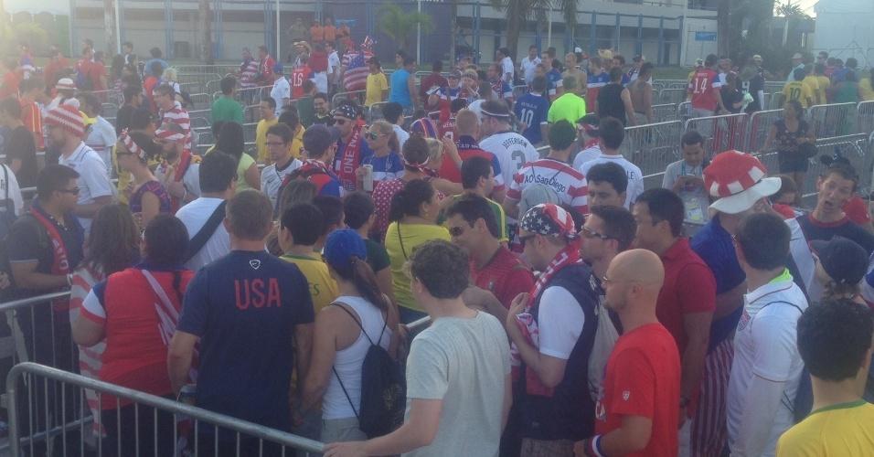 Torcida dos Estados Unidos aparece em maior número na entrada do jogo na Arena Amazônia