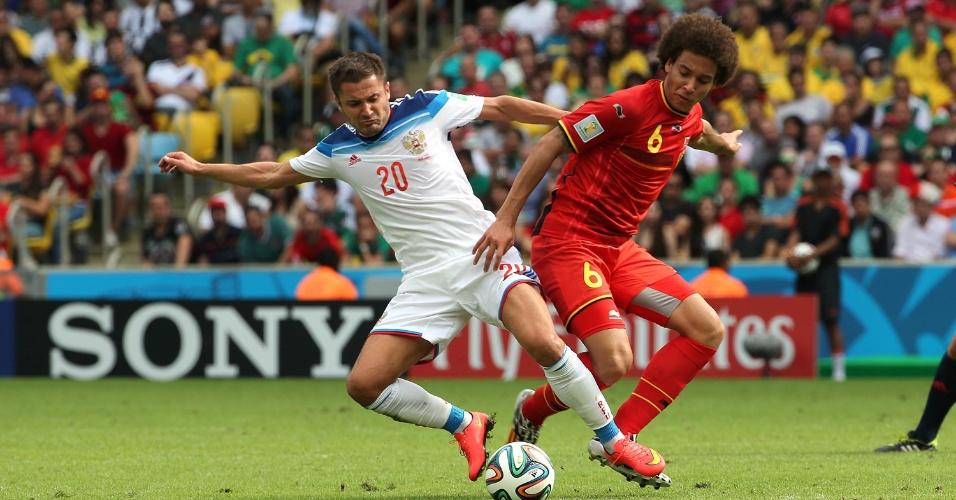 Witsel tenta se livrar da marcação de jogador da Rússia