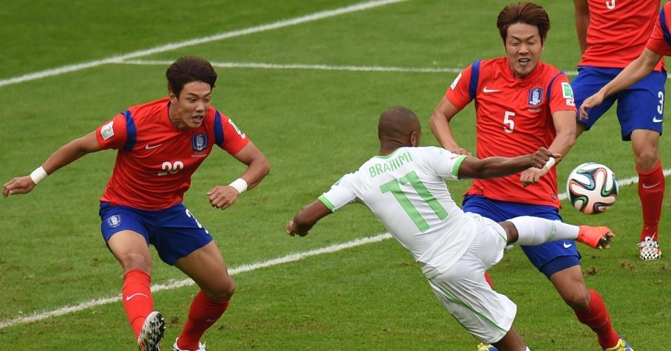 22.jun.2014 - Yacine Brahimi, da Argélia, finaliza a bola no início da partida contra a Coreia do Sul, no Beira-Rio