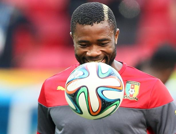 Zagueiro Aurelien Chedjou domina a bola durante treinamento de Camarões neste domingo