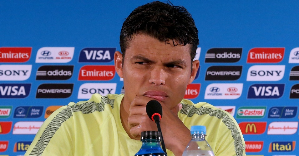 Zagueiro Thiago Silva mostra seriedade durante coletiva de imprensa, após o treino da seleção brasileira
