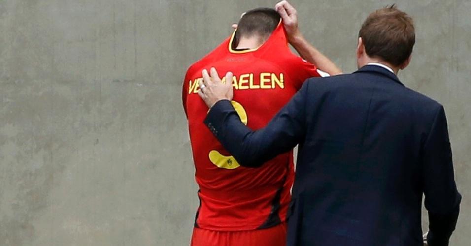 Zagueiro Thomas Vermaelen é consolado por membro da comissão técnica após ser substituído por lesão
