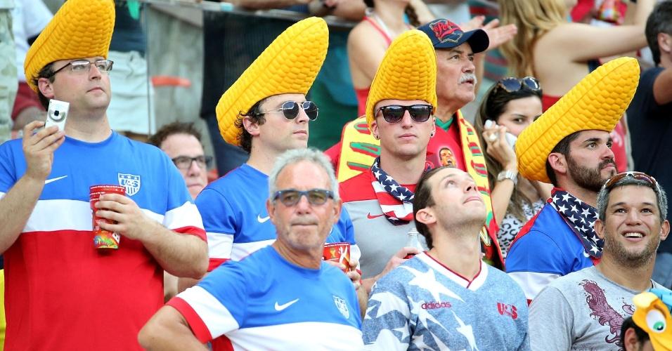 22.jun.2014 - Jogo de futebol combina com pipoca, mas estes norte-americanos preferiram usar um chapéu de milho