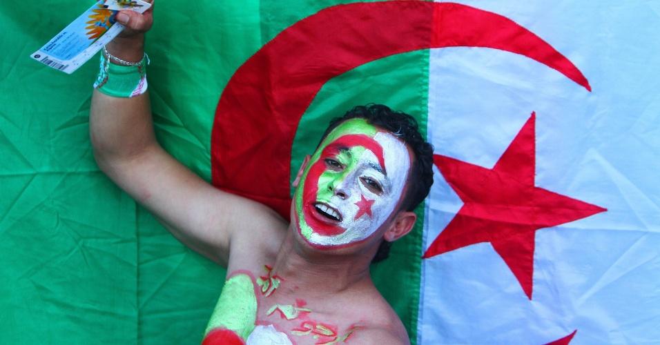 22.jun.2014 - Torcedor argelino pintou o rosto e exibe com orgulho o ingresso para a partida contra a Coreia do Sul no Beira-Rio