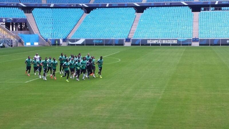23 jun 2014 - Esquecidos, nigerianos treinam na Arena do Grêmio