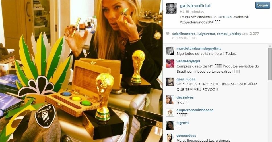 23.06.2014 - Apresentadora Adriane Galisteu faz maquiagem colorida para o jogo do Brasil